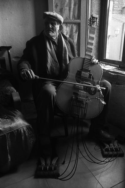 Giovanni Scanu prova il primo prototipo di chitarra sarda preparata - Foto di Nanni Angeli ©